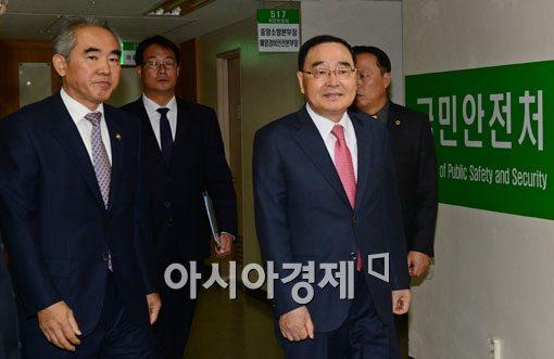 [포토]국민안전처 둘러보는 정홍원 국무총리-이성호 국민안전처 차관
