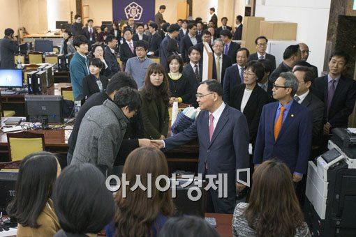[포토]인사혁신처 직원들과 인사하는 정홍원 총리