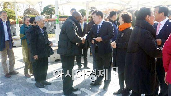 조충훈 순천시장이 순천만정원을 방문한 주한 외교단을 맞이하고 있다.