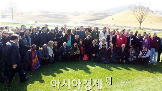 순천만정원을 방문한 주한 외교단이 기념사진을 촬영하고 있다.