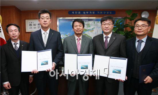 부안군(군수 김종규)은 지난 18일 내년부터 군 금고를 운영할 NH농협은행(제1금고) 및 국민은행(제2금고)과 업무취급 약정식을 가졌다.