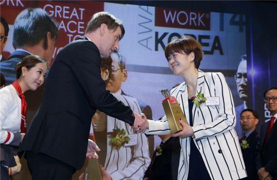 맥도날드 인사팀 이은영 상무(오른쪽)가 '2014 대한민국 여성이 일하기 좋은 기업 대상' 시상식에서 독일 GWTP(Great Place To Work) 프랭크 하우저 CEO 로부터 상을 수여 받고 있다.