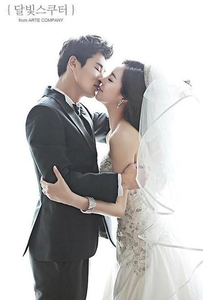 이규로(왼쪽)와 이혜빈의 웨딩 화보 [사진=달빛스쿠터스튜디오 제공]