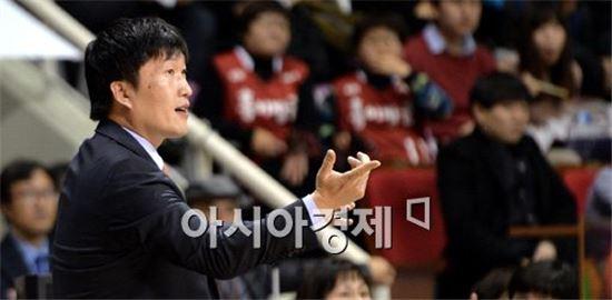 [포토]선수들 독려하는 이동남 감독대행