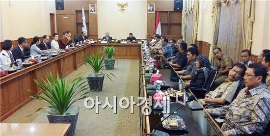 광양시(시장 정현복)는 시장, 기업인 등으로 구성된 대표단 16명은 19일부터 20일까지 국제우호도시이자 POSCO가 입주해 있는 인도네시아 찔레곤시(Cilegon)시를 방문했다.