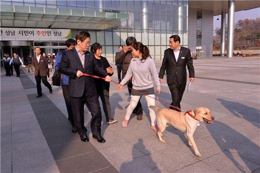 이재명 성남시장이 20일 유기견 '행복이'를 입양한 뒤 시청사를 나서고 있다.