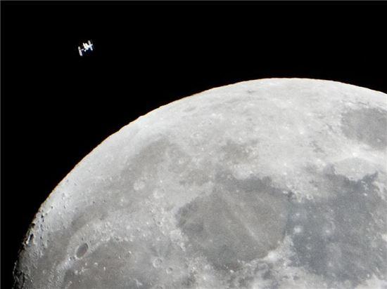 ▲달 위로 국제우주정거장이 지나고 있다.[사진제공= NASA]