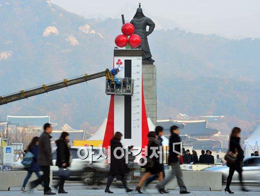 [포토]광화문광장에 세워진 사랑의 온도탑