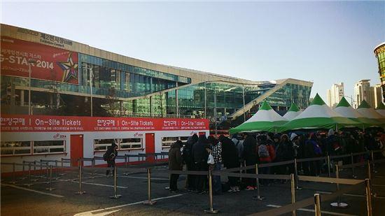 '지스타2014' 개막일인 20일 이른 아침부터 티켓판매소 앞에 긴 줄이 늘어섰다.