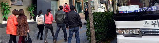 19일 오후 버스에서 내린 요우커들이 서울 창천동의 '외국인전용 관광기념품 판매점'에 들어가고 있다.