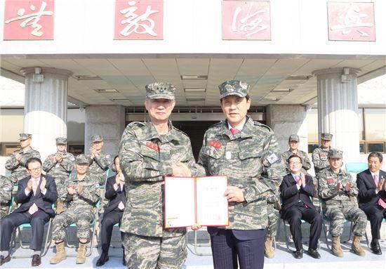 사진 오른쪽부터 김정태 하나금융그룹 회장,  이영주 해병대 사령관(자료제공:하나금융그룹)