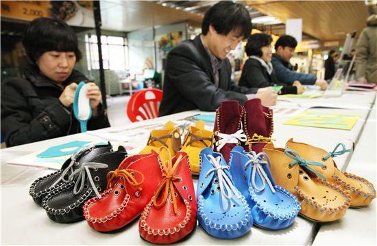 시민들이 아기모카신 만들기 체험에 참여하고 있는 모습