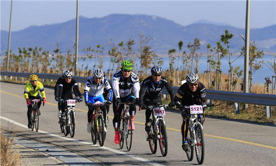<지난해 '진도해안도로 자전거 랠리'에 참여한 동호인들이 진도의 아름다운 풍광을 감상하며 힘차게 페달을 밟고 있다.>