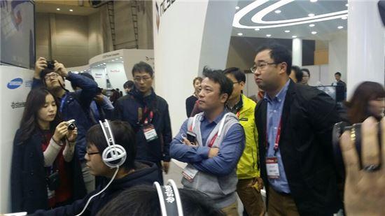 김택진 엔씨소프트 대표가 21일 '지스타 2014'에서 리니지 이터널 시연대를 둘러보고 있다.