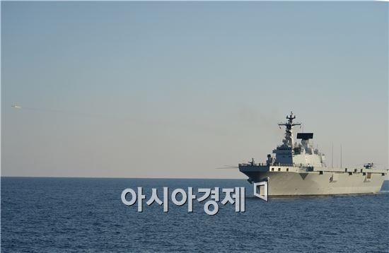 독도함은 포항 동쪽 해상에서 램(RAM) 1발을 발사해 적 항공기 대공표적기를 격추시켰다. (사진제공=해군)