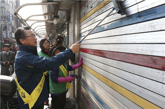 김영종 종로청장(왼쪽)이 주민들과 함께 지역 시설물을 청소하고 있다.