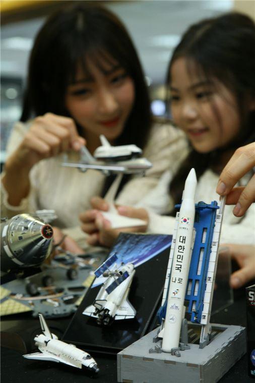 최근 우주에 대한 관심이 고조되고 있는 가운데 아이파크백화점 토이앤하비 레프리카 매장에서 어린이와 고객이 나로호와 스페이스 셔틀, 화성탐사선 등 우주선 모형을 살펴보고 있다.