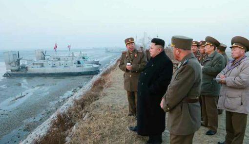 김정은이 공기부양정을 통한 상륙훈련을 참관하고 있다.