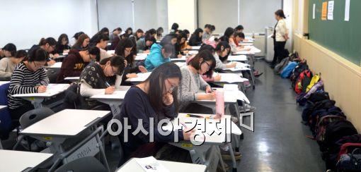 [포토]집중하며 논술고사 보는 수험생들