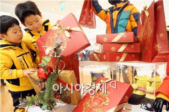 다가오는 크리스마스 시즌을 맞아 (주)광주신세계(대표이사 유신열)가 붉은색 바탕에 황금색으로 'Shinsegae LOVES Christmars' 글자와 눈꽃을 형상화한 쇼핑백과 상자 등 크리스마스 포장 패키지를 선보이고 있다. 사진제공=광주신세계