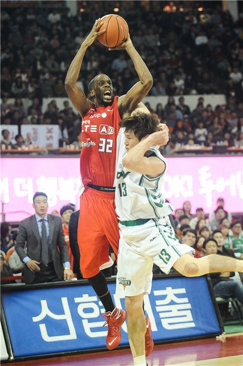 서울 SK 외국인선수 애런 헤인즈(붉은색 유니폼)[사진 제공=한국농구연맹(KBL)]