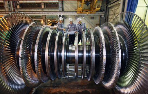두산중공업 창원 터빈공장에서 직원들이 정밀한 작업으로 제작된 터빈을 검사하고 있다.