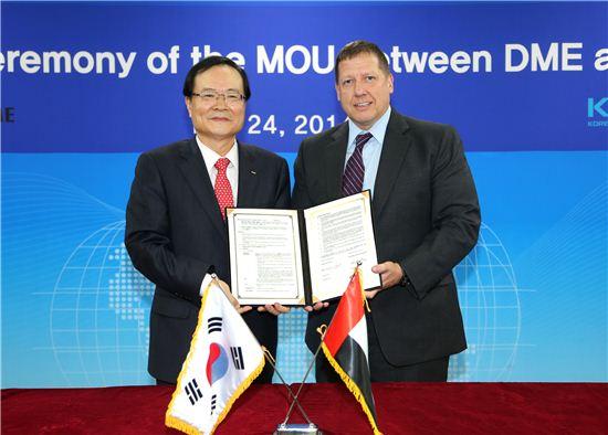 최경수 한국거래소 이사장(왼쪽)과 크리스토퍼 픽스(Christopher Fix) 두바이상업거래소 CEO가 양해각서(MOU)에 서명했다.
