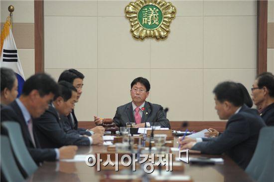 순천시의회(의장 김병권)는 지난 21일 제190회 제2차정례회에서 예산결산특별위원회 위원 9인을 선임했다.