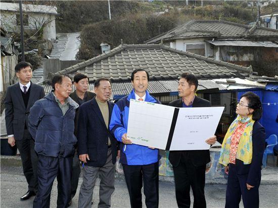 20일 '현장 방문의 날' 홍제3동을 찾은 문석진 서대문구청장