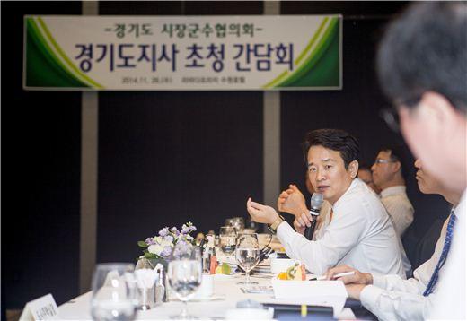 남경필 경기지사가 26일 수원 라마다호텔에서 열린 '경기도 시장 군수 협의회'에 참석해 인사말을 하고 있다.