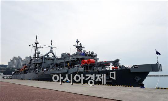 26일 오전 부산 해군작전사령부에 해군 구형 구조함인 광양함(왼쪽)과 신형 구조함인 통영함이 나란히 정박해 있다. (사진=공동취재단)