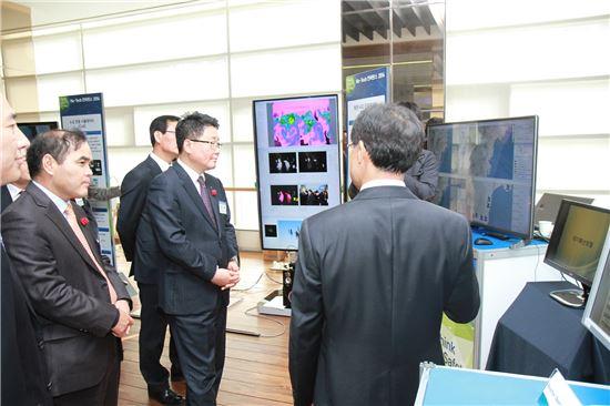 ▲한국수력원자력은 27일 대전 중앙연구원에서 원전기술 종합발표회 'Nu-Tech 컨퍼런스 2014'를 개최했다. 조석 한수원 사장(사진 왼쪽 두번재)과 관계자들이 전시회를 둘러보고 있다.