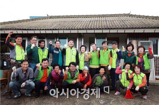 장흥군(군수 김성)과 장흥종합사회복지관(관장 김영석)은 지난 25일 장평면 청용마을에서 제28회 정남진 사랑나눔 봉사활동을 펼쳤다고 전했다.