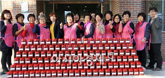생활개선장흥군연합회원들이 홀몸어르신 등 소외계층을 위한 고추장 담그기 및 나눔 행사를 개최했다.