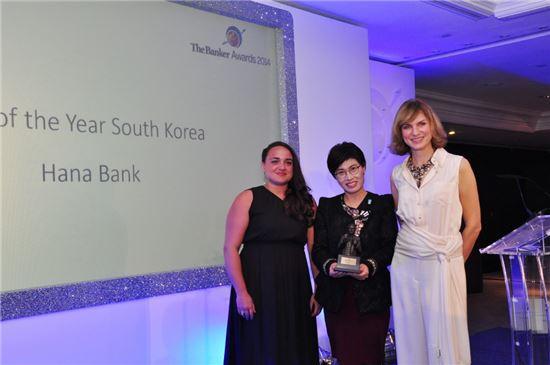 하나은행은 현지시간 27일 오후 영국 런던 인터콘티넨털 호텔에서 진행된 국제 금융 전문지 더 뱅커(The Banker)의 '올해의 은행(Bank of the Year)' 시상식에서 '2014 대한민국 최우수 은행(Best Bank in Korea)'을 수상했다. 사진 왼쪽부터 스테파니아 팔마(Stefania Palma) 아시아 에디터, 김덕자 하나은행 전무, 피오나브루스(Fiona Bruce) BBC앵커(자료제공:하나은행)