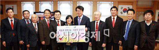 장흥로타리 클럽(회장 김종민)은  최근 혼자서 7남매를 키우고 있는 사가야 사찌꼬씨의 주택 신축을 위한 성금 전달식을 가졌다