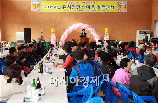 장흥군 유치면민 한마음 경로잔치에 참석한 김 성 장흥군수가 인사말을 하고있다.