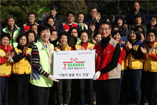 국회 환경노동위원장 김영주 의원(좌)과 세븐일레븐 커뮤니케이션부문장 황인성 이사(우)가 사랑의 물품 박스 전달식을 갖고 기념 촬영을 하고 있다.