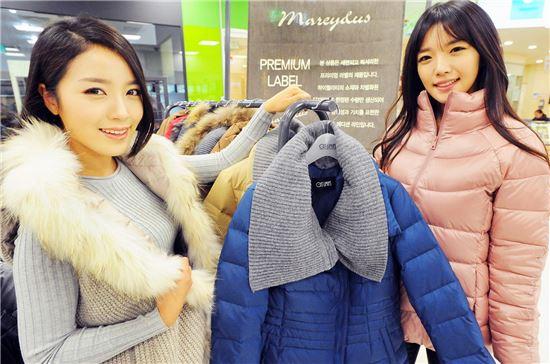 30일 서울 홈플러스 금천점에서 모델들이 프리미엄 패딩을 선보이고 있다. 홈플러스는 시중 100만원을 훌쩍 넘는 고급 소재의 프리미엄 패딩을 여성의류 전문기업 ㈜리진과 공동 기획해 12월 한 달간 10~20만원 대에 선보인다.