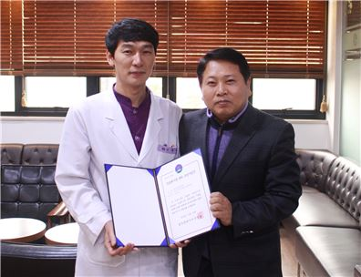 밝은광주안과(대표원장 김재봉)가 광주지역에서는 최초로 시행한 의료폐기물 관리 모범사업장으로 선정됐다.