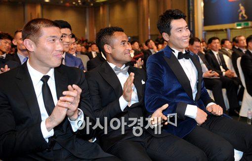 [포토]산토스-차두리, '이동국, MVP 축하해'