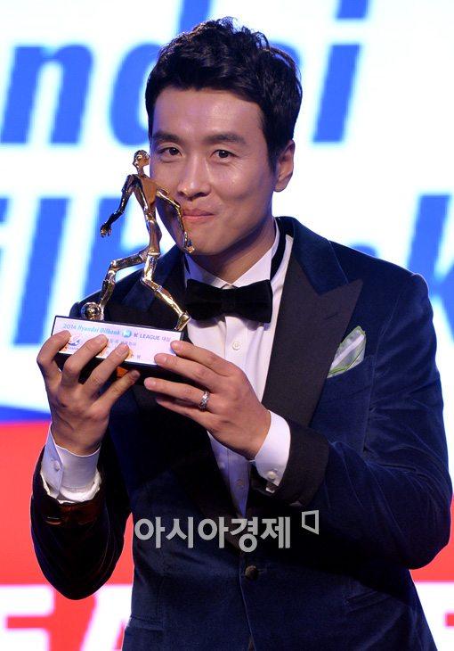 [포토]MVP 이동국, '트로피에 달콤한 입맞춤'