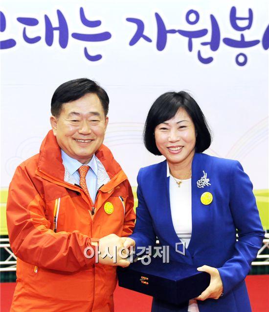 장숙희 의원(오른쪽)이 지난 1일 제9회 자원봉사자의 날에서 조충훈 순천시장이 수여하는 공로패를 받았다.