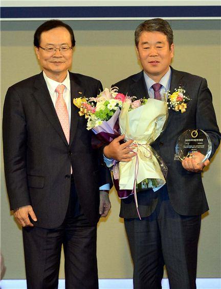 최경수 한국거래소 이사장(왼쪽)과 박석훈 신한금융투자 부사장(오른쪽)이 '2014 아시아 자본투자대상'에서 기념촬영하고 있다.