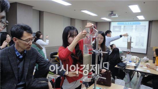 광주광역시보건환경연구원은 지난 2일 초등학교 교사 20명을 대상으로 '과학체험교실'을 운영했다.