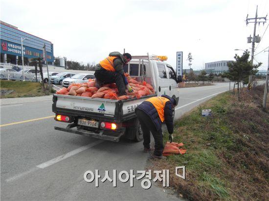 해남군(군수 박철환)이 겨울철 원활한 교통소통과 사고 예방을 위해 본격적인 도로 제설용 모래를 설치했다.
