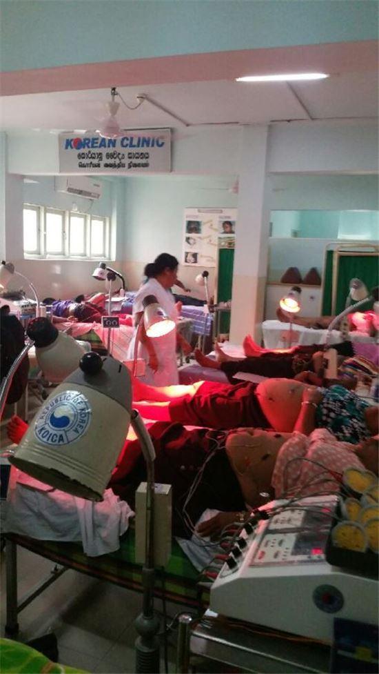 코리안 클리닉에서 환자들이 치료를 받고 있는 모습