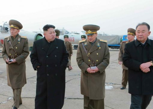 북한 인민군 항공 및 반항공군 제458부대를 시찰중인 김정은