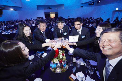 장형옥 지원본부장(오른쪽)과 류경희 상무(왼쪽 세번째)가 5일 '49기 효성그룹 신입사원 환영의 밤' 행사에서 신입사원들과 함께 건배하고 있다.