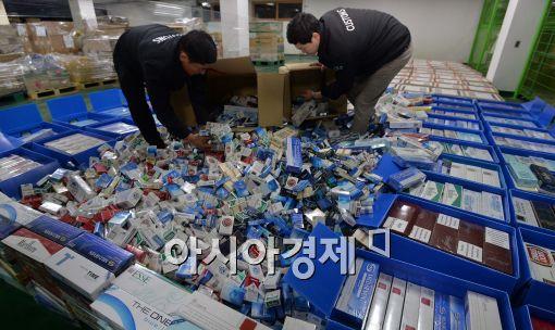 지난 8일 서울 논현동 서울세관에서 직원들이 압수한 면세 담배를 공개하고 있다. 관세청은 최근 국산 면세담배를 수출하는 것처럼 서류를 허위로 꾸미고서 이를 수출하지 않고 국내에 판매하는 사례가 늘면서 올해 11월까지 668억 원까지 급증했다고 밝혔다. 최우창 기자 smicer@asiae.co.kr